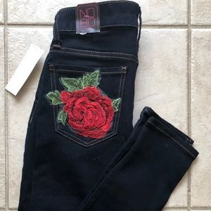 Skinny jeans w embroidered flowers.